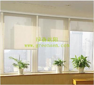 卷帘与建筑物窗户之间用喷塑铝合金和不锈钢安装座